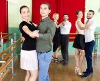 Godere degli adulti del ballo classico nella classe immagini stock