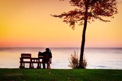 Godere dei colori di tramonto di autunno Fotografie Stock Libere da Diritti