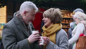 Godere del caffè al mercato di Natale stock footage