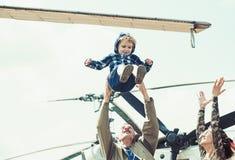 Godere del divertimento di viaggio Vacanza di famiglia Coppie della famiglia con il bambino sul viaggio di vacanza Madre e padre  fotografia stock libera da diritti