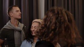 Godere del partito con gli amici Metraggio di Handhelded dei giovani allegri che ballano e che bevono mentre godendo del partito  archivi video