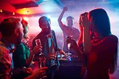 Godere del partito di notte fotografia stock