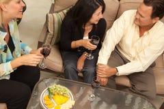 godere del vino del patio tre degli amici fotografie stock