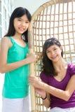 godere dell'oscillazione delle sorelle del rattan Immagini Stock