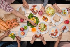 Godere della cena con gli amici Vista superiore del gruppo di persone il havin fotografia stock