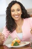 godere della donna domestica del pasto immagini stock