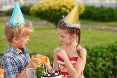 Godere della festa di compleanno con l'amico Immagine Stock Libera da Diritti