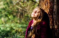 Godere della natura Giardino pacifico dell'ambiente Bambino operato sveglio del bambino passare tempo in parco Esplori il giardin immagine stock libera da diritti