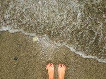 Godere delle onde del mare immagini stock