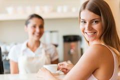 Godere di migliore caffè in città immagine stock