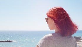 Godere di rilassamento del bello lusso della donna sul mare del cielo blu Fotografie Stock Libere da Diritti