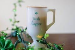 Godere di un irish coffee per il giorno di St Patrick immagine stock