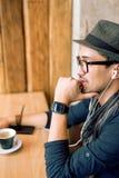 Godere di una certi musica e caffè Fotografia Stock