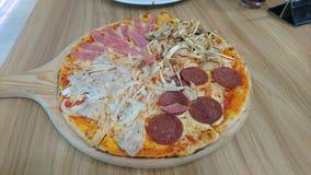 Godere di una pizza italiana piacevole di stile fotografia stock libera da diritti