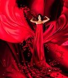 Godin van liefde in rode kleding en harten Royalty-vrije Stock Afbeeldingen