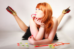 Godis för gelé för mat för Redhair flicka hållande söt på grå färger Fotografering för Bildbyråer