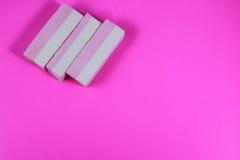 Godis på en rosa bakgrund Fotografering för Bildbyråer