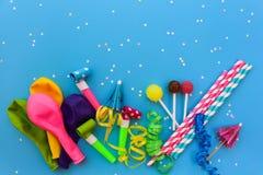 Godis visslingar, banderoller, ballonger på ferietabellen Begrepp av partiet för födelsedag för barn` s Royaltyfri Foto