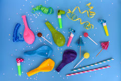 Godis visslingar, banderoller, ballonger på ferietabellen Begrepp av partiet för födelsedag för barn` s Arkivbild