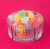 Godisar göra gelé av godisar i den glass bunken på en bakgrund Arkivfoto