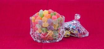 Godisar göra gelé av godisar i den glass bunken på en bakgrund Royaltyfria Foton