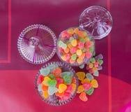 Godisar göra gelé av godisar i den glass bunken på en bakgrund Royaltyfri Bild