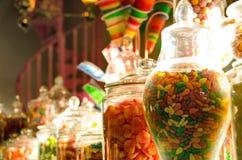 Godisar i den Honeydukes godisen shoppar i Harry Potter World Arkivbilder