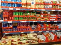 Godisar i supermarket Arkivbild