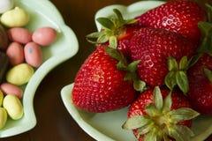 Godisar och jordgubbar Fotografering för Bildbyråer