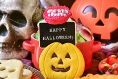 Godisar och text lyckliga halloween i en svart tavla Royaltyfri Fotografi