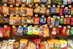 Godisar på supermarket Arkivfoto