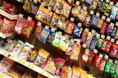 Godisar på supermarket royaltyfria bilder