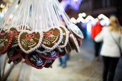 Godisen shoppar på julmarknad Royaltyfria Foton