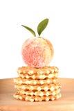 Godisfrukt och kakor som isoleras på vit Royaltyfri Foto