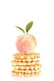 Godisfrukt och kakor som isoleras på vit Arkivfoton