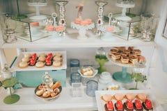 Godisstång med många kakor och frukter Chokladspringbrunn och bröllopstårta fotografering för bildbyråer