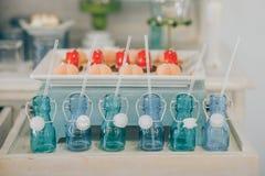 Godisstång Tabell med olika sötsaker för parti arkivbilder