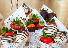 Godiva ulegająca wyśmienita czekolada na pokazie z truskawkami przy Meadowhall, South Yorkshire, UK fotografia royalty free