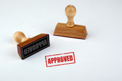 godkänt Rubber Stamper med trähandtaget som isoleras på vit bakgrund royaltyfria foton