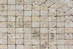 Godos dos quadrados brancos e pretos, uma estrada velha pavimentada com pedra Fundo bonito Fotografia de Stock