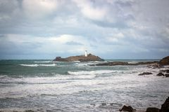 Godrevy fyr i havet i Cornwall arkivbilder