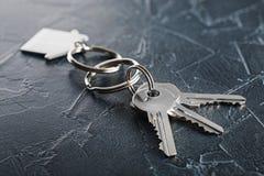 Godsbegrepp med tangenten, keychain med hussymbolet, stenbakgrund Royaltyfria Bilder