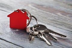 Godsbegrepp med tangenten, röd keychain med hussymbol Royaltyfri Fotografi