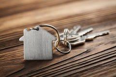 Godsbegrepp, nyckel- cirkel och tangenter på träbakgrund Fotografering för Bildbyråer