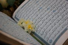 Godsdienst en bloemen stock afbeeldingen