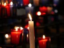 Godsdienst en het branden candlelights stock afbeeldingen
