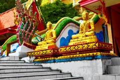 Godsdienst Gouden Biddende Boeddhistische Monnik Statues, de Tempel van Boedha, T stock afbeeldingen