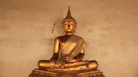 Godsdienst Gouden Buddhas-Beeld en Mortiermuur Stock Fotografie