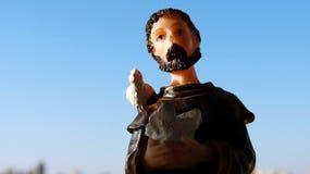 Godsdienstig beeld van Heilige Francis van Assisi in hars stock afbeeldingen