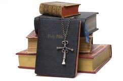 Godsdienstig Boeken & Kruis royalty-vrije stock foto's